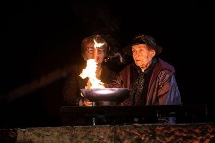 La sobreviviente del Holocausto Manya Bigunov enciende una antorcha durante la ceremonia de apertura del Día del Recuerdo de los Mártires y Héroes del Holocausto en memoria de los seis millones de hombres, mujeres y niños judíos asesinados por los nazis, en Yad Vashem en Jerusalén el 7 de abril de 2021. Heidi Levine / a través de REUTERS