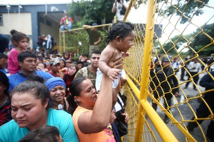 Una migrante hondureña con su bebé en la ciudad Tecun Uman, Guatemala, en la frontera con México (REUTERS/Edgard Garrido)