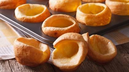 El budín de Yorkshire, una masa de harina, huevos y agua, o leche, que se hornea y se puede rellenar. (Shutterstock)
