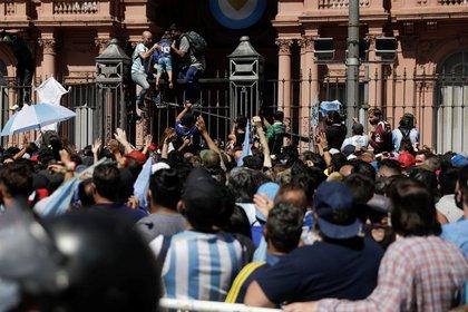 El caos que se generó en el velorio de Diego Maradona (REUTERS/Ricardo Moraes)
