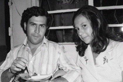 Ya involucrado en negocios ilegales, conoció a su esposa, María Victoria Henao, 14 años menor.