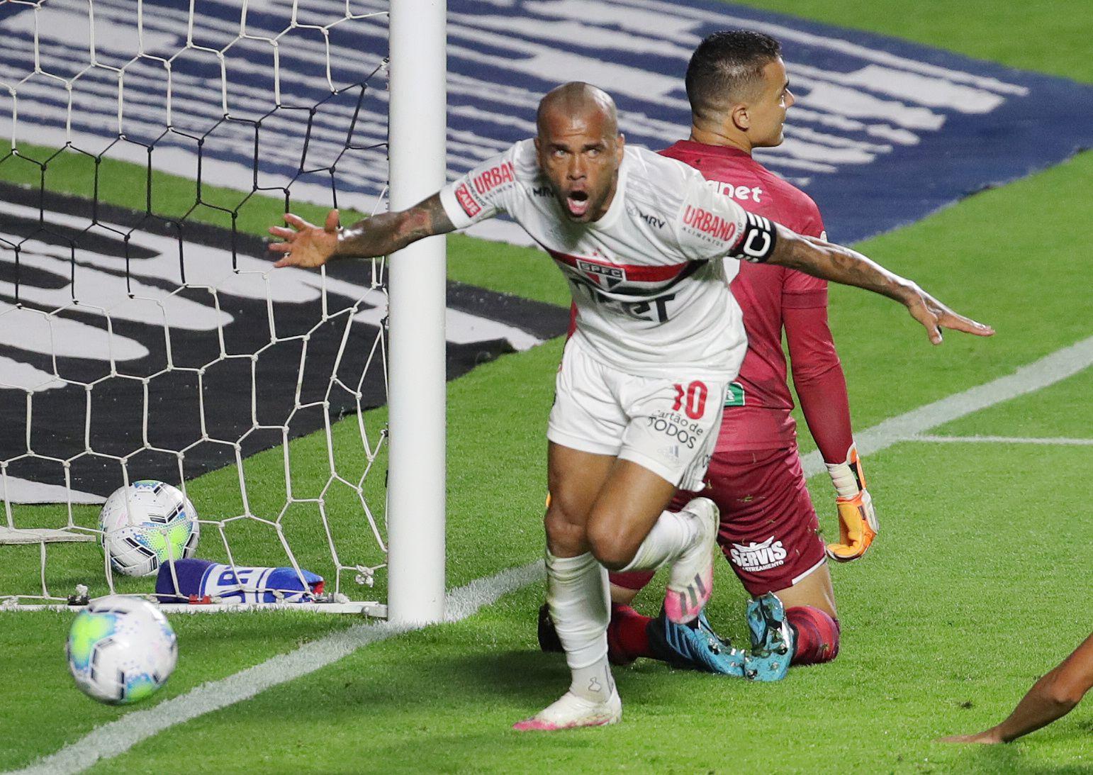 Tras quedar libre en el PSG Dani Alves pasó a jugar en San Pablo.
