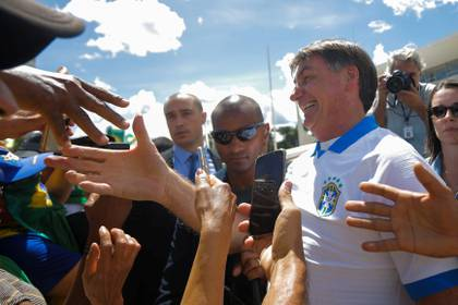 El presidente Bolsonaro junto a seguidores (REUTERS/Adriano Machado)