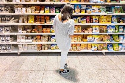 Una persona observa productos en un supermercado, en Caracas (Venezuela). EFE/Miguel Gutiérrez/Archivo