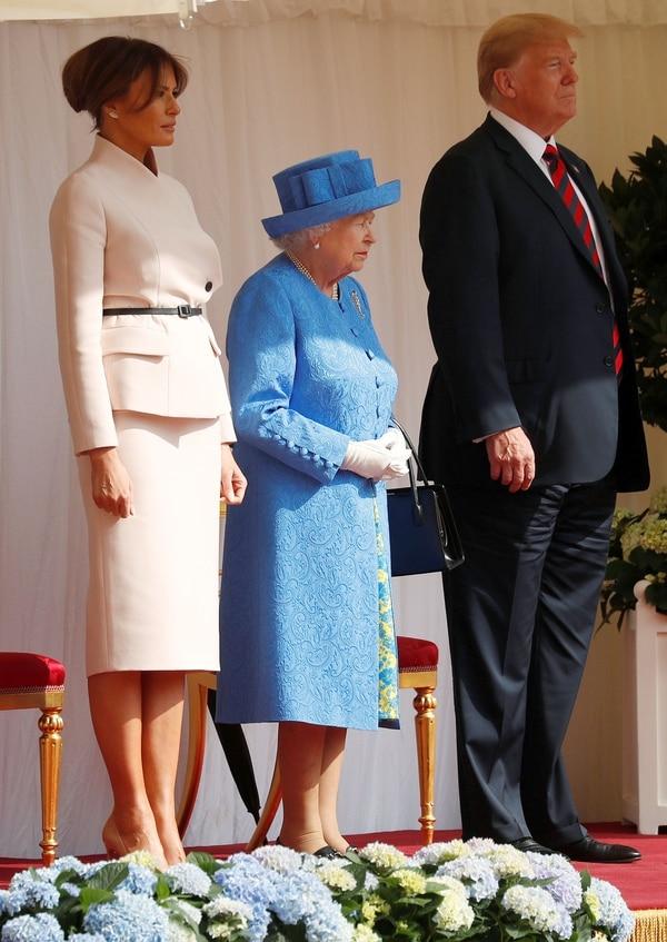Melania Trump, la reina Isabel II y Donald Trump (REUTERS/Kevin Lamarque)