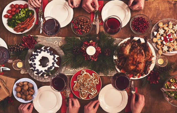 Las reuniones familiares o con amigos suelen darse alrededor de una mesa con alimentos que, en su mayoría, son poco saludables (Shutterstock)
