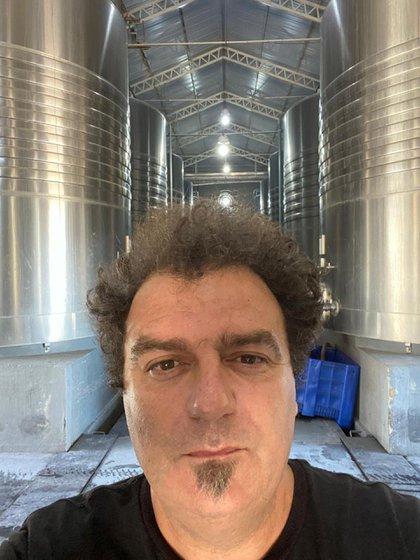 El enólogo Alejandro Vigil y una selfie mostrando las instalaciones en los que se crean los vinos de Catena Zapata (infobae)