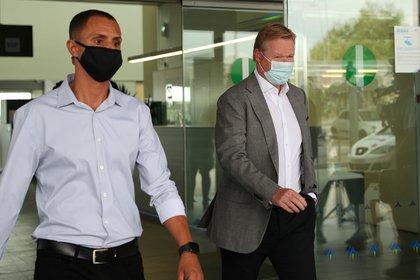 Ronald Koeman fue fotografiado en el aeropuerto de Barcelona este martes (Reuters)