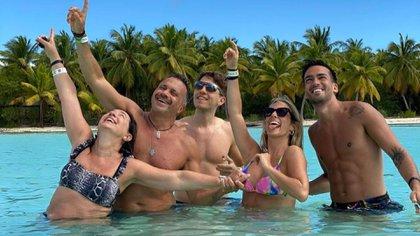 Sergio Lapegüe y su familia, durante las vacaciones en República Dominicana