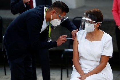 La enfermera María Irene Ramírez recibe la primera inyección de la vacuna de Pfizer contra el COVID-19 en el Hospital General, mientras continúa el brote de la enfermedad por coronavirus (COVID-19), en Ciudad de México, México. 24 de diciembre de 2020. REUTERS / Edgard Garrido