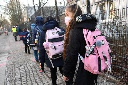Los alumnos de primaria antes de volver a clase en Berlín.  (REUTERS/Annegret Hilse)