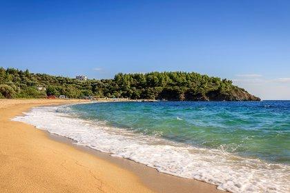 """Los tres largos """"dedos"""" arenosos de Halkidiki extendidos hacia el mar Egeo albergan algunas de las mejores playas de Grecia. Sin embargo, Aretes es una de sus opciones más relajadas"""