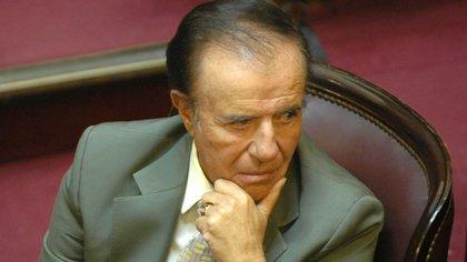 Carlos Menem y su mítico anillo en la mano izquierda, durante una sesión en el Congreso