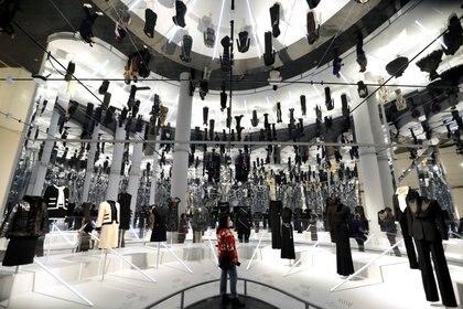 """Una mujer se encuentra en medio de la próxima exposición del Costume Institute """"About Time: Fashion and Duration"""" durante una vista previa para la prensa en el Metropolitan Museum of Art de Manhattan en la ciudad de Nueva York, Nueva York, EE. UU., 26 de octubre de 2020. (REUTERS / Mike Segar)"""