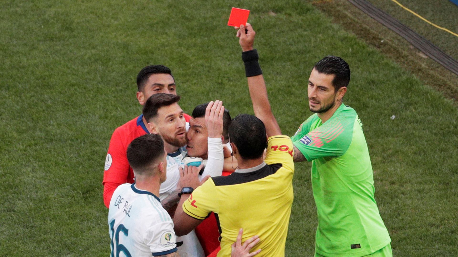 El momento de la expulsión a Messi y a Medel en la Copa América