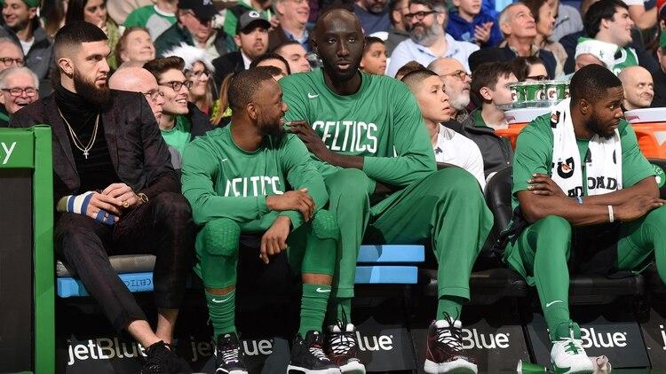 Tacko Fall sobresale en cualquier lugar, incluso en el banco sentado junto a otros jugadores de básquet. /AFP