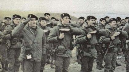 La Compañía C del Regimiento 25: (de izq. a der) El teniente primero Esteba, el teniente Estévez y el subteniente Gómez Centurión