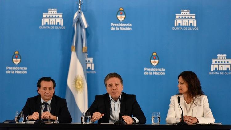 Nicolás Dujovne, ministro de Hacienda, junto a sus colegas Dante Sica t Carolina Stanley.