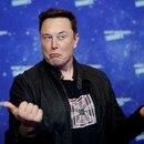 FOTO DE ARCHIVO: El propietario de SpaceX y el presidente ejecutivo de Tesla, Elon Musk, hace una mueca después de llegar a la alfombra roja para el premio Axel Springer, en Berlín, Alemania. 1 de diciembre de 2020. REUTERS/Hannibal Hanschke/Pool