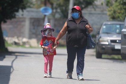 """Esta comerciante regenta la tiendita de la que vive su familia, pero no está dispuesta a arriesgar su salud por vecinos incrédulos: """"Si ellos no quieren cuidar su salud, al menos la mía y la de mi familia, sí"""". (Foto: EFE)"""