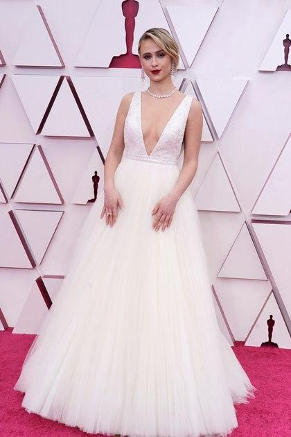 Maria Bakalova lució un voluptuoso vestido blanco by LV