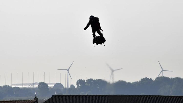 Zapata voló 18 kilómetros antes de necesitar repostar combustible. En la maniobra sobre un barco cayó al mar (Denis Charlet / AFP)