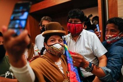 Evo Morales posa para las selfies con ciudadanos bolivianos que votaron en Buenos Aires en las elecciones de su país