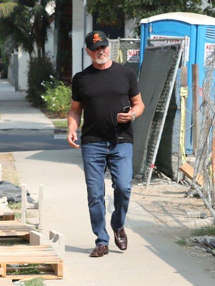 Con un look informal, el actor demostró que mantiene un excelente estado físico a los 74 años (Foto: 2020 x17/The Grosby Group)
