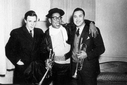 """Alfonso Fassi, Dizzy Gillespie vestido de gaucho y con su pipa y Carlos """"Negro"""" Rodriguez Jurado (Gentileza de Alfonso Fassi)"""