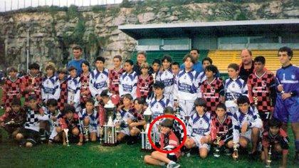 Los equipos de Newell's y Gimnasia La Plata en la vieja cancha de Aldosivi: Leo Messi (círculo rojo) con un yeso en la mano derecha (Diario Hoy)