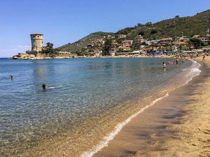 La vida continúa como de costumbre en la encantadora isla italiana (AP Photo/Paolo Santalucia)