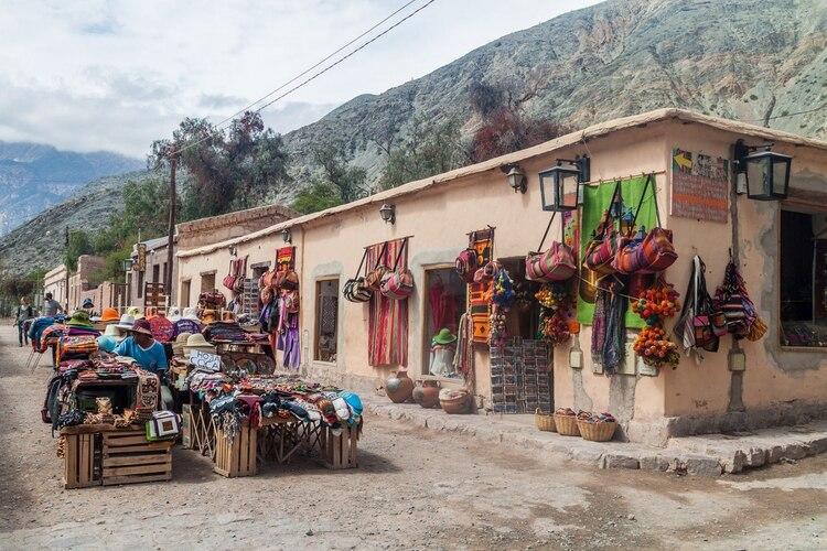 """""""En la plaza principal se afinca todos los días una colorida feria de artesanías que recibe a cientos de turistas y el paisaje estrella de este destino es el Cerro de los Siete Colores"""" (Shutterstock)"""