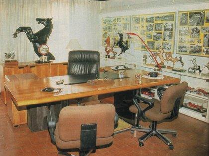 El despacho de Enzo Ferrari. con el cavallino rampante al fondo. (Archivo CORSA)