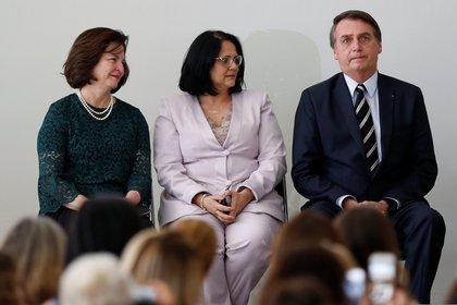 A la derecha de la imagen, el presidente Jair Bolsonaro; en el centro, Damares Alves, ministra de la Mujer, la Familia y los Derechos Humanos de Brasil; y a la izquierda, la Fiscal General Raquel Dodge, en una ceremonia por el Día Internacional de la Mujer en el Palacio del Planalto, el 8 de marzo de 2019 (REUTERS/Adriano Machado)