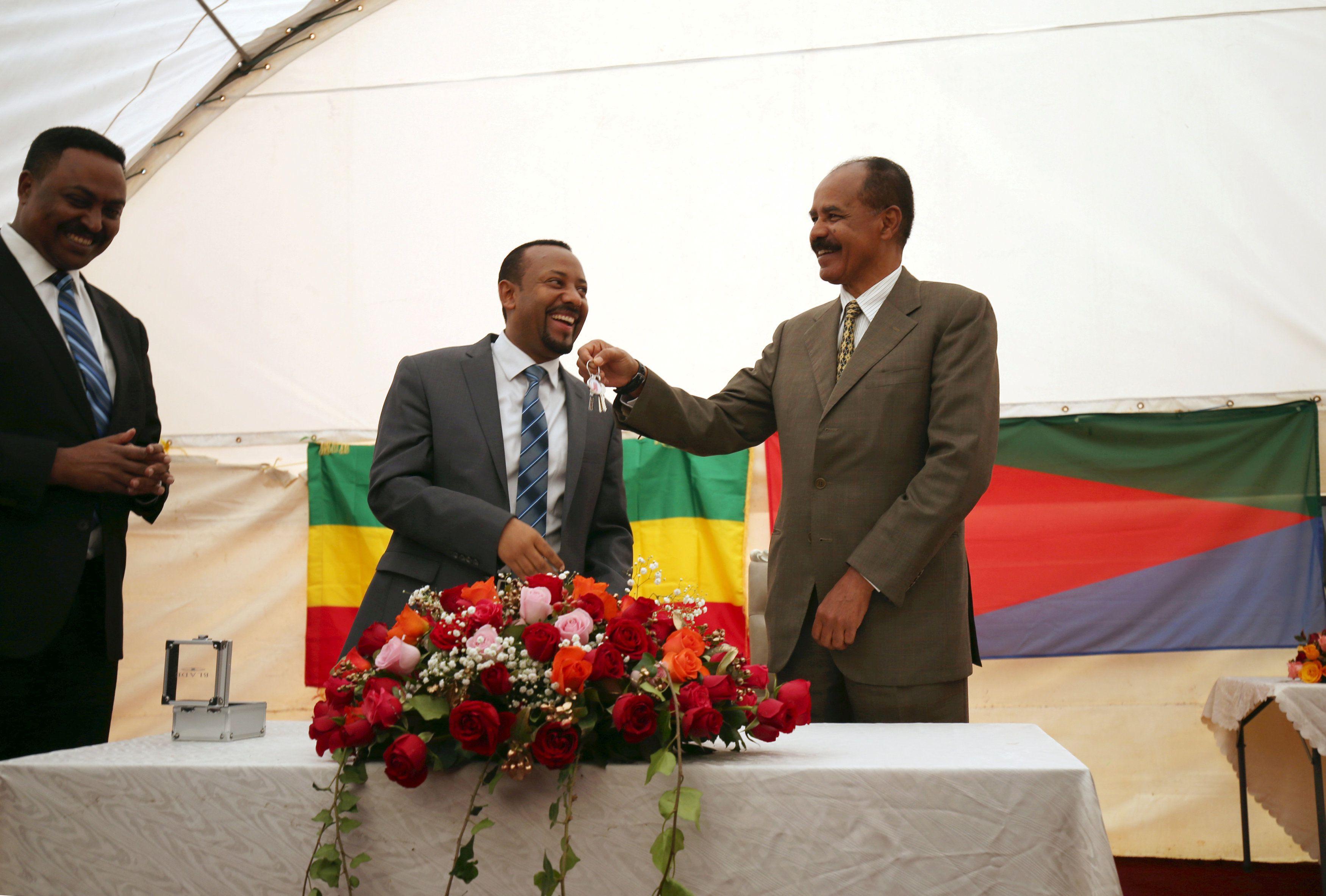 El presidente de Eritrea, Isaias Afwerki, recibe una llave del primer ministro de Etiopía, Abiy Ahmed, durante la ceremonia de inauguración de la embajada de Eritrea en Etiopía, el 16 de julio de 2018.