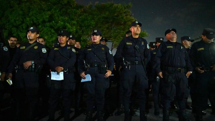 Grandes cantidades de policías han saturado las calles salvadoreñas a toda hora (AFP)