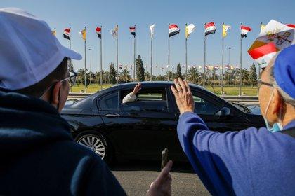 El Papa Francisco saluda a la multitud a su llegada a Bagdad, en su histórica visita a Irak (Reuters)