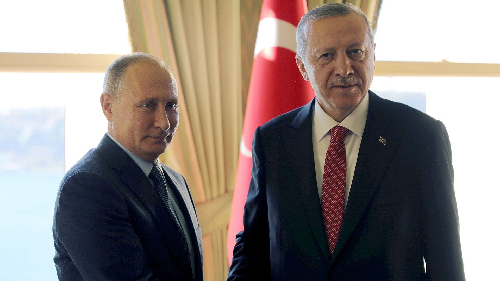 Vladimir Putin se saluda con Recep Erdogan en uno de sus últimos encuentros (Reuters)