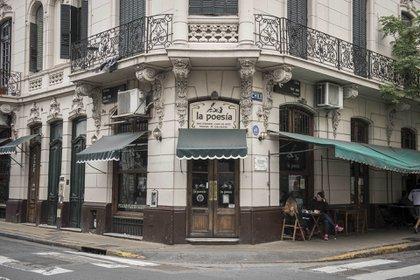 La Poesía está abierto desde 1982 cuando el poeta Rubén Derlis lo inauguró en la esquina de Chile y Bolívary lo convirtió en un ámbito de referencia de la Generación de los Sesenta