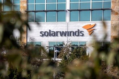 El logo de SolarWinds se ve fuera de su sede en Austin, Texas, Estados Unidos. 18 de diciembre de 2020 (Reuters/ Sergio Flores)
