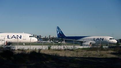 Aviones de Latam en el aeroparque de Buenos Aires durante la cuarentena (Adrián Escandar)