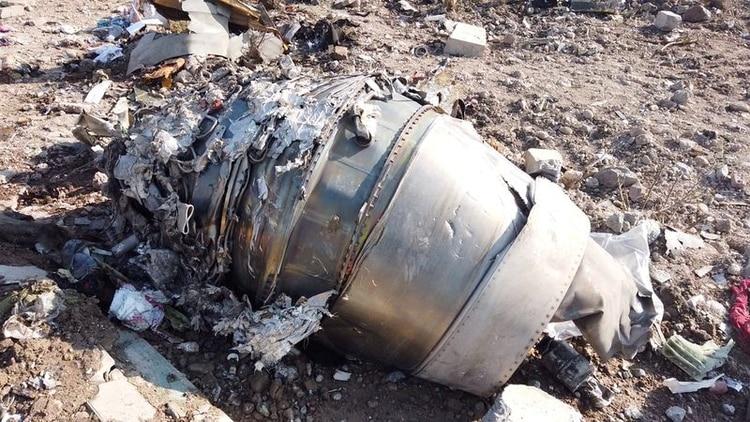 Los escombros del avión de Ukraine International Airlines, vuelo PS752, Boeing 737-800 que se estrelló después de despegar del aeropuerto Imam Jomeini de Irán, en las afueras de Teherán, Irán, el 8 de enero de 2020 (Reuters)