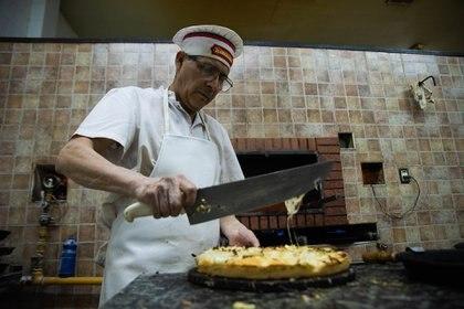 """Otra de las pizzerías más concurridas en """"La Noche de las Pizzerías"""" fue """"La Americana"""", y Jorge Galarza uno de los encargados del salón explicó que una de las pizzas que más sale es la fugazzetta con roquefort, muzzarella y jamón"""