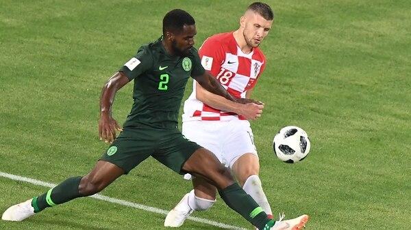 Bryan Idowu es uno de los encargados de marcar a Lionel Messi (AFP)
