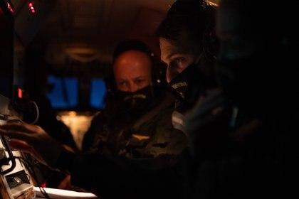 El Comandante de operaciones y el mecánico de vuelo del B200 en plena tarea durante la operación de control del mar de la que participó Infobae