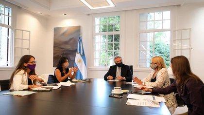 Alberto Fernández junto a las funcionarias de su gobierno relacionadas con temas de género