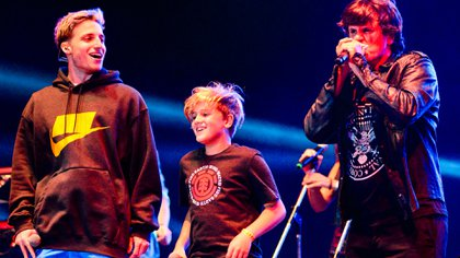 Wos se subió al escenario de Ciro y Los Persas para soltar su freestyle junto con el cantante y su hijo (Gentileza Sepia Foto Agencia)