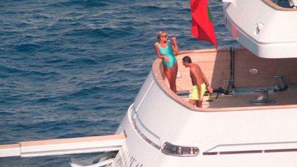 Diana y su novio Dodi Al-Fayed en sus vacaciones, solo unos días antes del trágico accidente en París (Grosby Group)