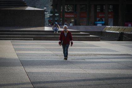 Un hombre con tapabocas camina en la Plaza Independencia de Montevideo (Uruguay). EFE/Federico Anfitti/Archivo