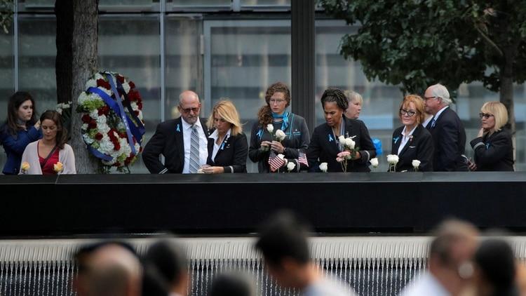Empleados de aerolíneas conmemoran a sus colegas muertos durante el ataque
